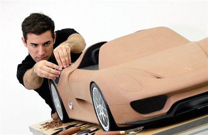 期间需要聘请专业的模型制作师来制作油泥模型,且不说想diy汽车的geek