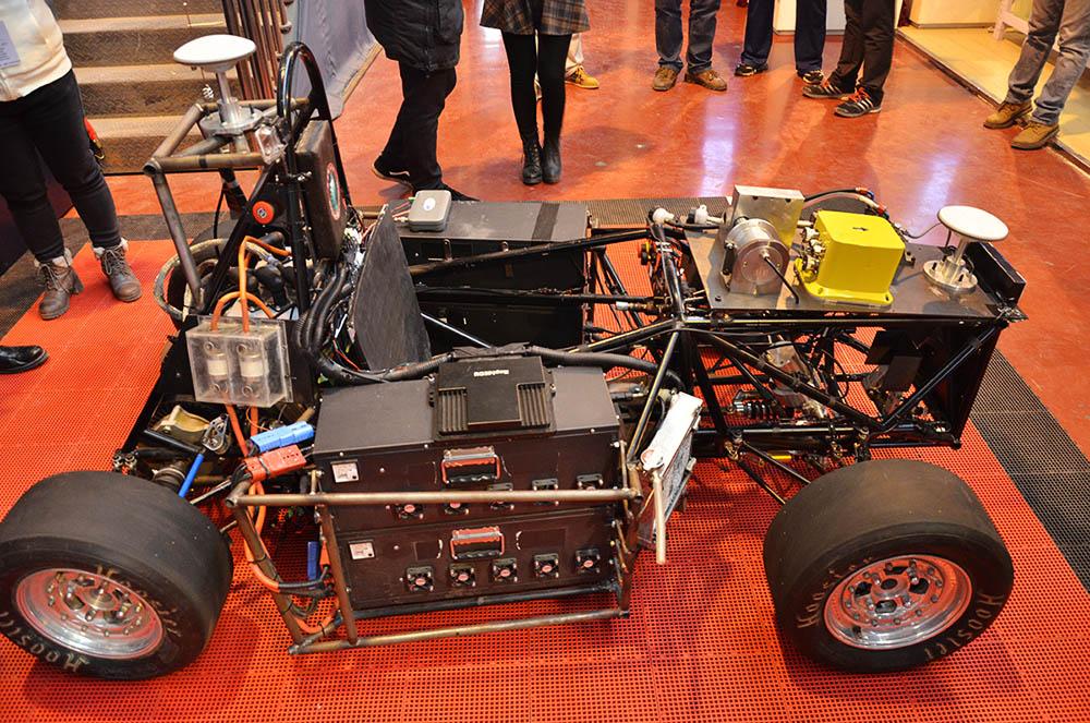 一群学生,造了一辆百公里加速3秒的无人驾驶赛车