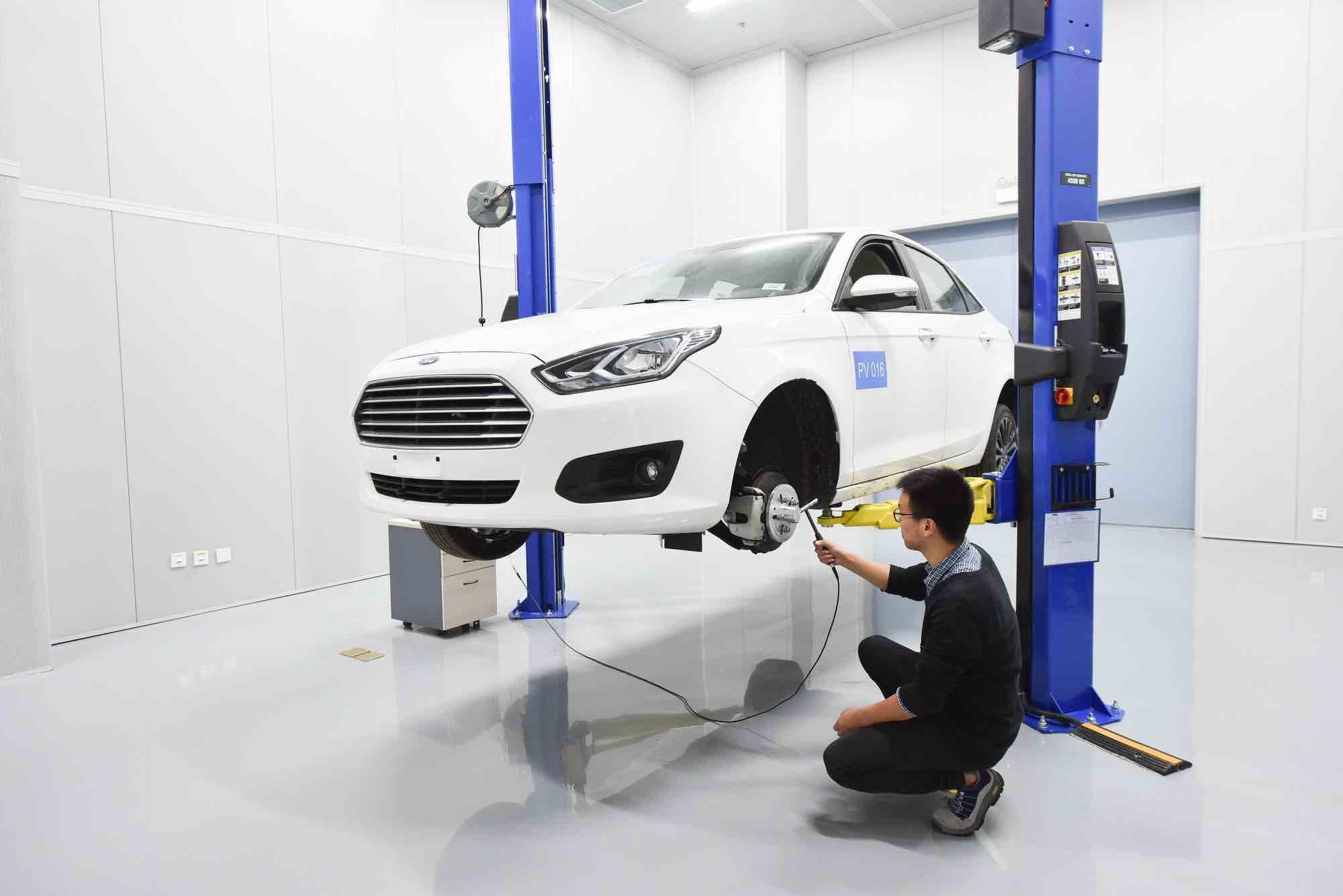 福特工程师在整车噪声测试实验室里对车辆轮毂进行声学测试,该实验室致力于为中国消费者创造稳定、静谧的驾乘体验