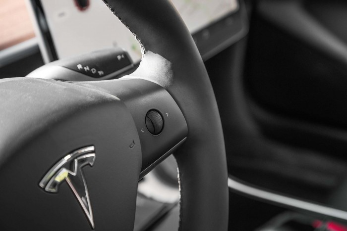 Tesla-Model-3-volume-steering-wheel-controls-02