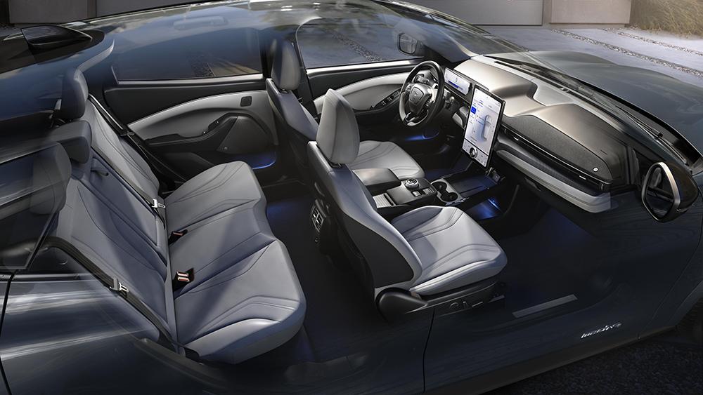 全新福特Mustang Mach-E巧妙的外观及工程设计带来了宽适的后排空间以