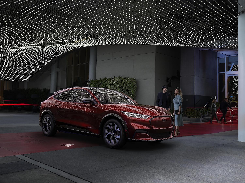 全新福特Mustang Mach-E正45度角夜景